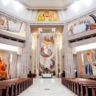 Interior tempat ziarah yang penuh dengan mosaik berlapis emas